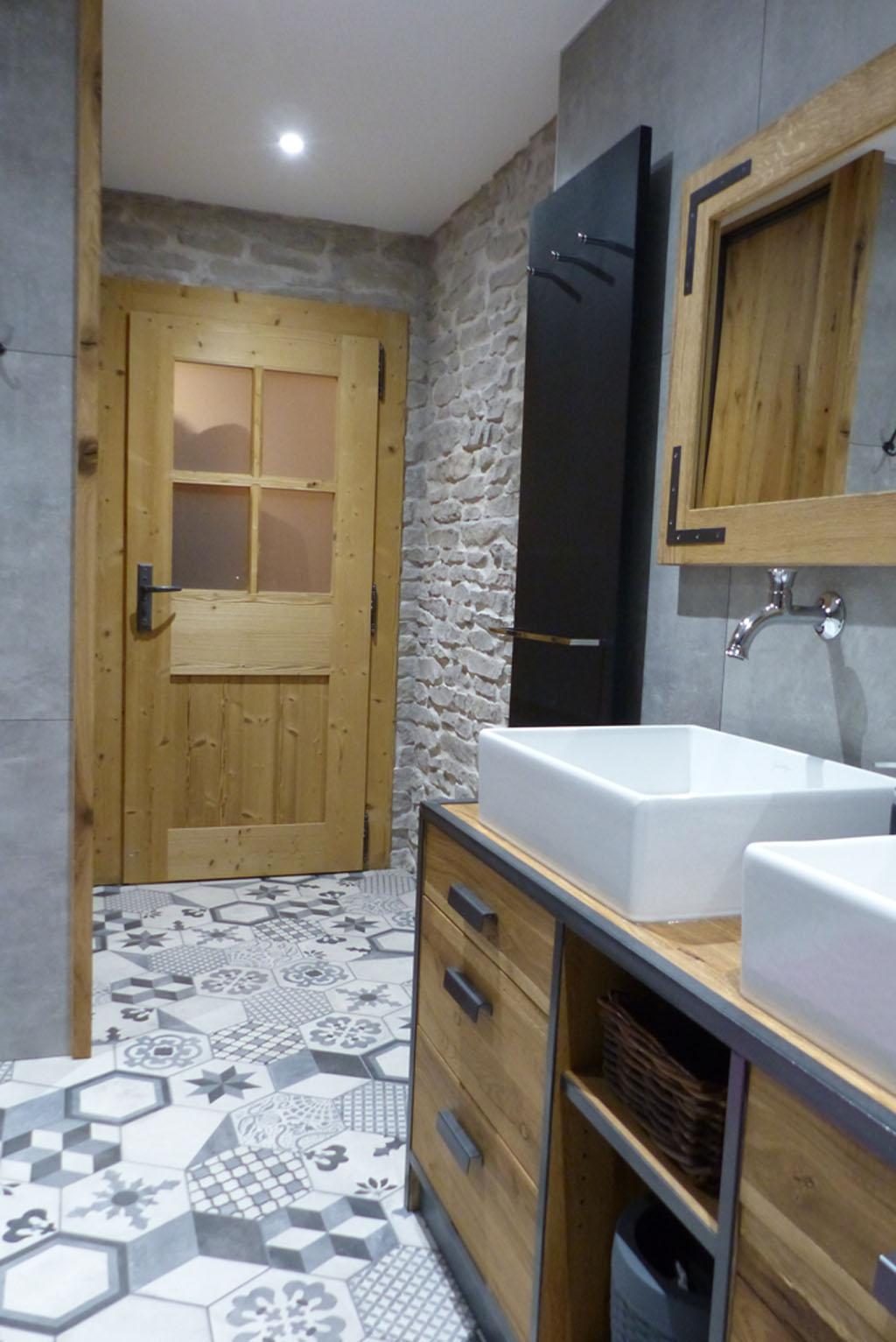salle de bain Vieux Chêne parement pierre